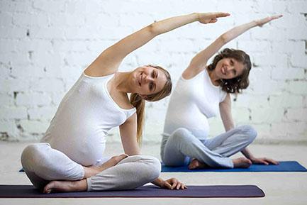 Zwei Schwangere Frauen beim Yoga machen