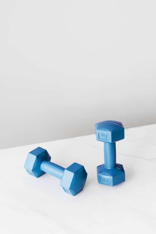 blaue Kurzhantel auf Tisch