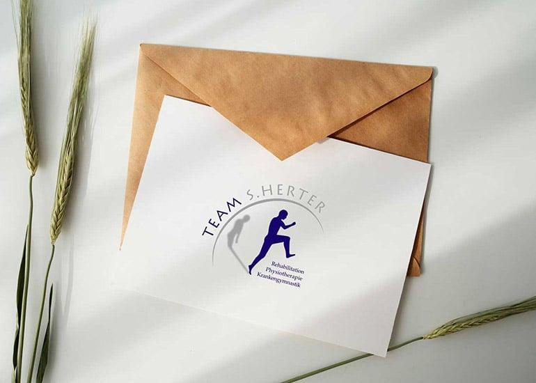 Gutschein auf Briefumschlag neben Korn