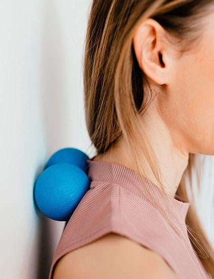 Faszienball blau an Rücken und Wand