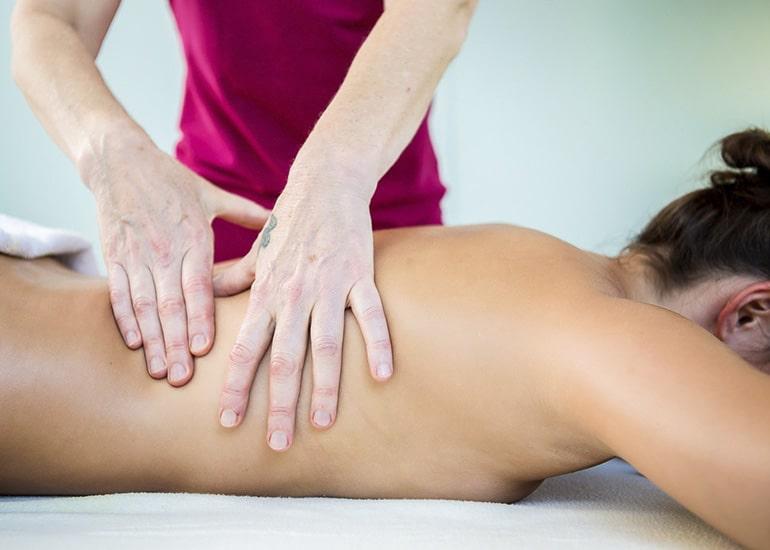 Ayurveda Anwedungen und Massage von Mitarbeiterin bei Patientin