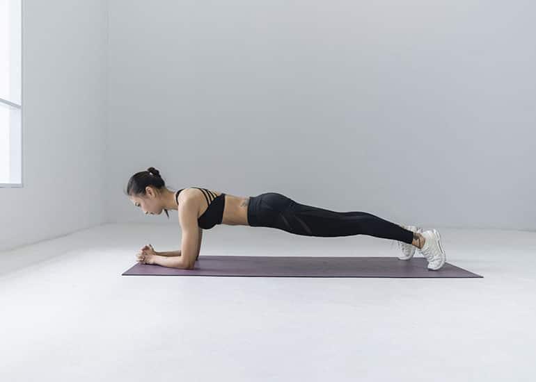 Frau in Pilates Pose