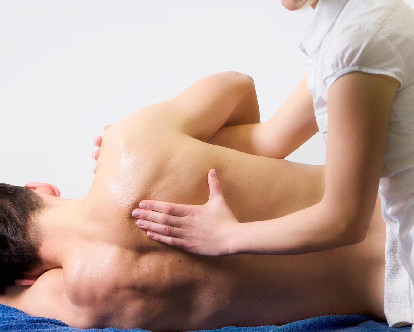 Patient mit Physotherapeut bei Manuelle Therapie und Atemtherapie