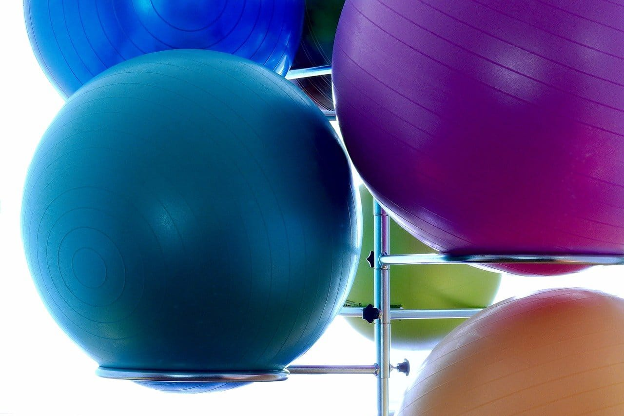 Rückbildungsgymnastik und Beckenbodengymnastik unter anderem auf Medizinbällen
