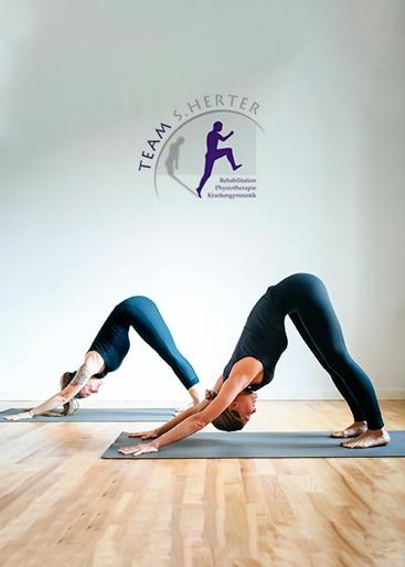 Frauen in Yoga Pose beim Yogakurs